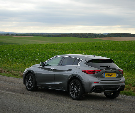 infiniti-q30-travelling-through-the-french-countryside